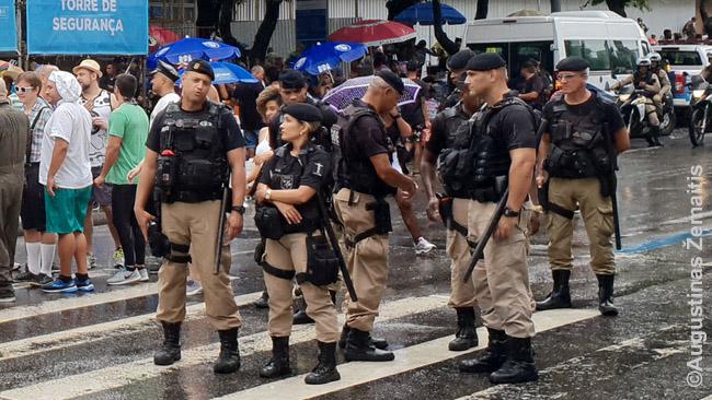 Stiprios policijos pajėgos Rio De Žaneire. Vien policija Brazilijoje nušauna daugiau nusikaltėlių, nei Lietuvoje žūva žmonių apskritai - bet, aišku, nusikaltėliai pražudo dar kelis kartus daugiau