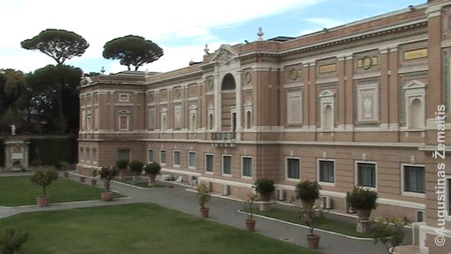 Vatikano muziejus (pastatas) vienas populiariausių pasaulyje, o ant šitos žolės joks turistas ar nevatikianietis iš viso negali patekti. Didelė mažytės valstybės dalis turistams neprieinama.