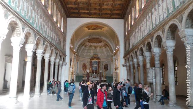 Romėnų bažnyčios vidus Ravenoje. Kadangi ji veikia, galima geriau įsivaizduoti ir kaip atrodė romėnų bazilikos