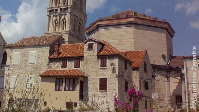 Imperatoriaus Diokleciano mauzoliejus Splite (dabartinė Kroatija). Pasibaigus romėnų erai jis tapo bažnyčia, pristatyta varpinė