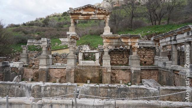 Nimfėjumas Efese (dabartinė Turkija). papuošimų priekyje nuolat tekėdavo vanduo, o ko nepasemdavo žmonės, nutekėdavo arkliams