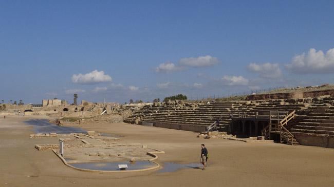 Nedidelis hipodromas Sezarėjoje (Šventoji žemė). Aplink puslankį kairėje apibėgdavo vežimai su karietomis