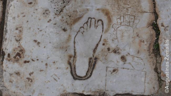 Spėjama, kad ši koja ant Efeso grindinio buvo romėniško viešnamio reklama