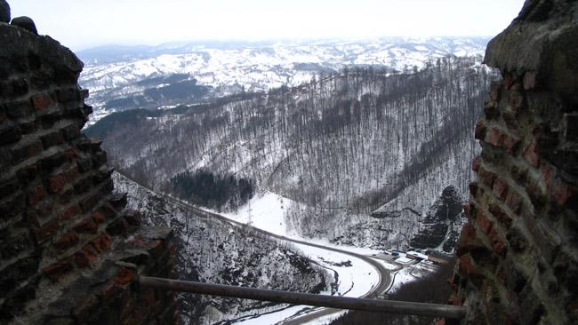 Vaizdas į Fagarašo kalnus pro tikrosios Drakulos pilies kuorus