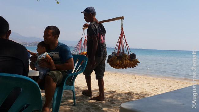Pardavėjas Arie Branca paplūdimyje