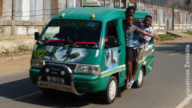 Į Dilio paplūdimius pigiausia važiuoti šiais pergrūstais mikroautobusais, tik išsiaiškinti maršrutą nėra lengva. Tad į priekį važiavome taksi. Atgal į centrą paprasčiau - visi mikroautobusai ten veža