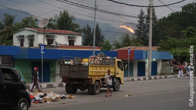 Dilis, Rytų Timoro sostinė. Kaip Timore įprasta, kalnuose deginama žolė