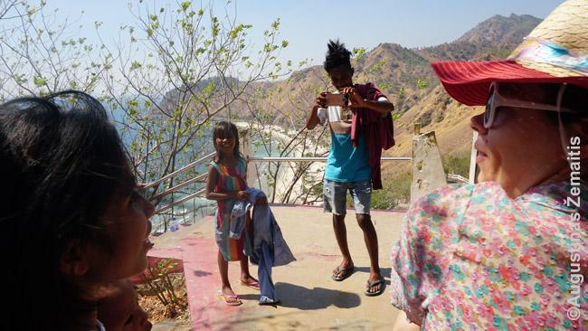 Vienintelis atvejis per kelias dienas, kai timoriečiai pageidavo su mumis nuotraukomis. Turbūt ne diliečiai, o klasės ekskursija į Dilį