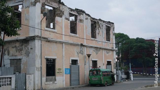 Rytų Timore portugalų pastatų likę nebe daug. Šitas apleistas