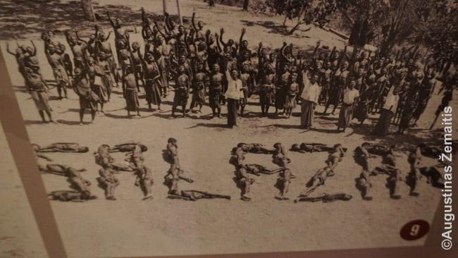 Rytų Timore iš gyvų žmonių sudėliota Salazaro pavardė - viena įdomių Dilio rezistencijos muziejaus nuotraukų