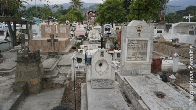 Santa Cruz kapinės – labai ankštos. Čia užlaidoti visi takeliai