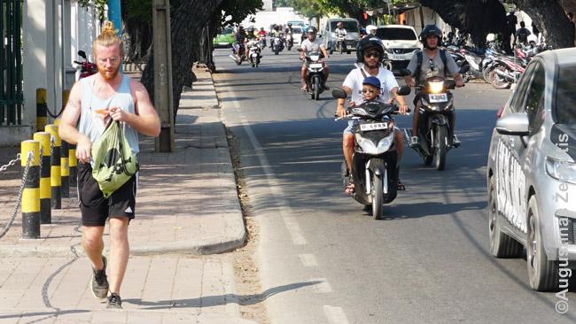 Baltaodis turistas arba taptautinės organizacijos darbuotojas ir Dilio motociklai