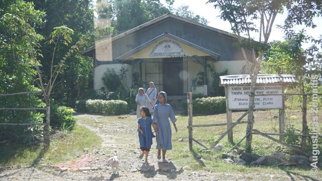 Atgal iš Rytų Timoro važiavome su į misiją siunčiamomis katalikų vienuolėmis. Pakeliui į Kupangą, jos paprašė vairuotojo stabtelti prie šio jų ordino vienuolyno, kur jas džiaugsmingai pasitiko vaikai