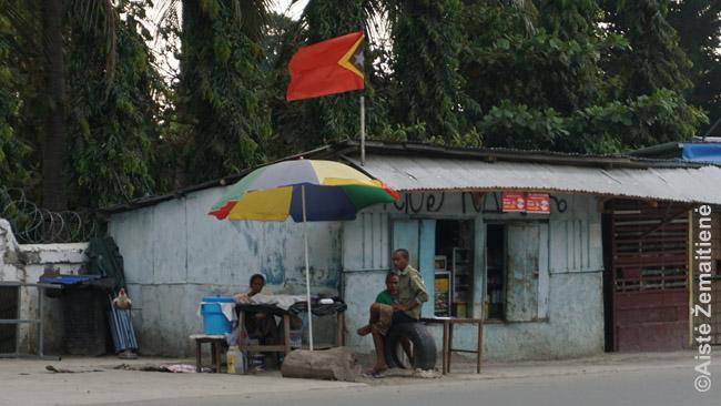 Vos paėjus toliau nuo Dilio centro miestas užleidžia vietą tokiam kaimui-lūšnynui. Prie kiekvieno pastato - po pririštą gaidį. Gaidžių kovos, galima sakyti, nacionalinis Rytų Timoro sportas