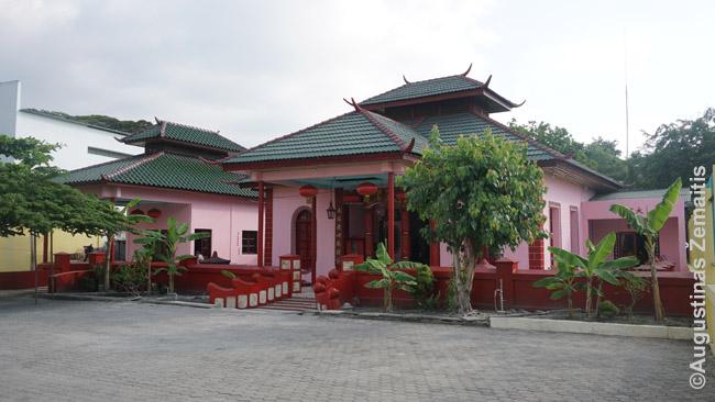 Kinų šventykla - viena Dilio lankytinų vietų. Ji statyta dar iki Indonezijos okupacijos, kada kinų buvo daug. Po okupacijos, dalis žuvo, kiti pabėgo. Po nepriklausomybės verslūs kinai vėl grįžta į Rytų Timorą