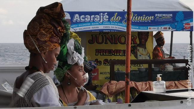 """Pardavėjos tradiciniais Bahijos valstijos (kurios sostinė yra Salvadoras) juodaodžių drabužiais. Šie drabužiai taip įaugo į Brazilijos kultūrą, kad net Rio de Žaneiro karnavaluose kiekviena sambos mokykla turi turėti ištisą grupę """"bahiečių moterų"""""""