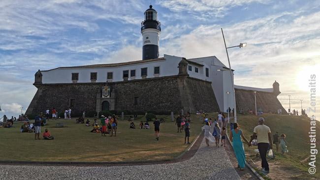 Barra švyturys, nuo kurio populiaru stebėti saulėlydžius virš Visų Šventųjų įlankos. Tai - viena nedaugelio vietų Brazilioje, kur saulė leidžiasi į jūrą.