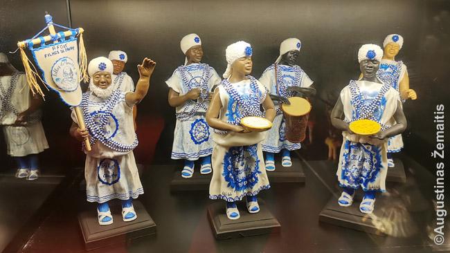 Vieni tradicinių Salvadoro karnavalo dalyvių - 'Gandžio sūnūs'. Jų statulėlės Karnavalo namuose