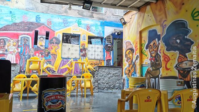 Grafičiais puošta pasirodymų erdvė vienoje Salvadoro centro kavinių