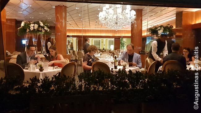 Prabangus restoranas Edificio Italia viršūnėje. Mes, pirkę pigesnį bilietą, galėjome būti tik lauko apžvalgos aikštelėje ir į šį restoraną tik žiūrėti pro langus.