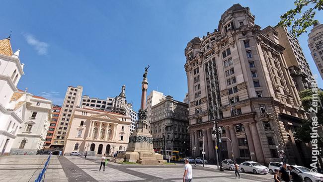 Aikštė, šalia kurios stovi pirmoji San Paulo bažnyčia ir paminklas San Paulo kūrėjams