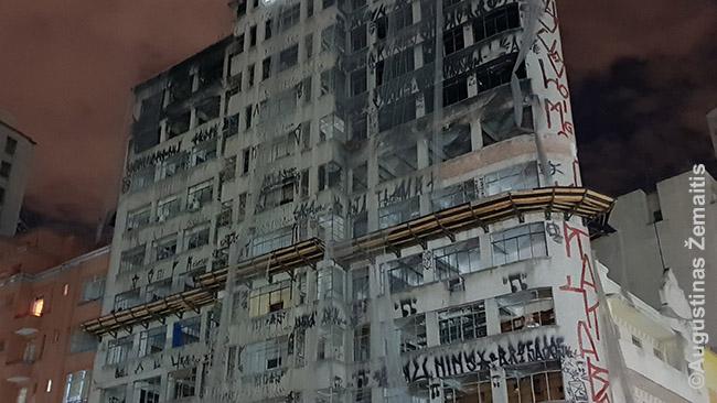 Pastatas priešais sudegusį ir nugriuvusį Vilton Paez de Almeida pastatą. Ugnis buvo persimetusi ir į jį, jis - irgi 'visų, taigi, niekieno'. Visas jis išdabintas pišo grafičiais. Palei jį voliojosi šiukšlės: lėlės be galvų ir pan.