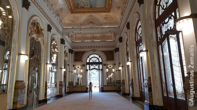"""San Paulo teatro interjeras. Beje, prabangiausios erdvės buvo prieinamos tik aukščiausių luomų žmonėms - žemesnio luomo žmonėms net nebuvo galimybių įsigyti bilietus į geresnes vietas net jei išgalėtų ar susitaupytų. """"Pirmasis luomas"""" parašyta net prie įėjimo į geriausių vietų zoną."""