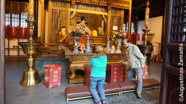 Šanchajiečiai meldžiasi prieš miesto dievo skulptūrą