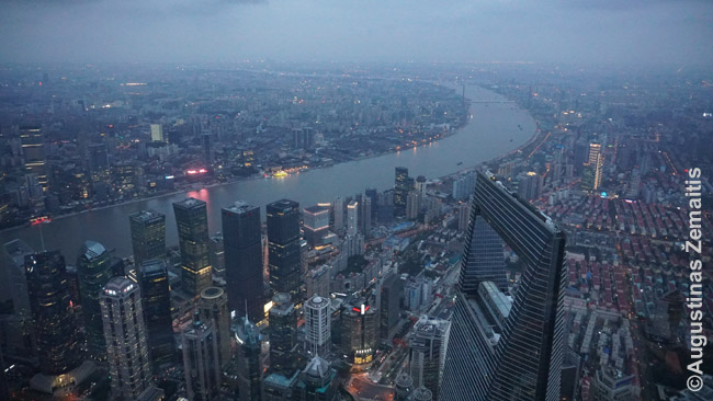 Šanchajus iš Šanchajaus bokšto viršaus. Matosi, kaip žemai Šanchajaus finansų centro viršūnė - o juk jis irgi vienas 10 aukščiausių pasaulio pastatų.