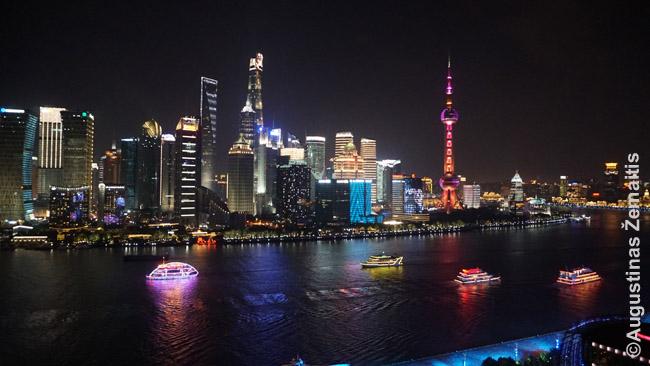 Pudongo, Šanchajaus verslo rajono panorama. Du jo pastatų patenka tarp 10 aukščiausių pasaulio pastatų (kaip ir į daug Kinijos superdangoraižių, galima pasikelti viršun)