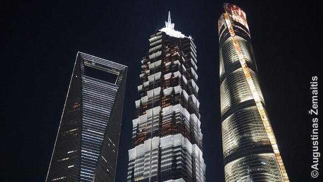 Šanchajaus dangoraižių trijulės viršūnės. Ištisos fotografų kolonijos kiekvieną giedrą vakarą ją fotografuoja nuo gretimo pėsčiųjų viaduko.
