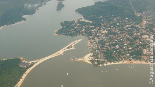 Alter do Šao iš Santareme besileidžiančio lėktuvo. Meilės sala - kairėje.