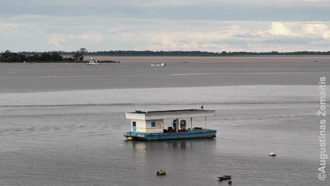 Tapažosas suteka su Amazone (vaizdas iš specialaus apžvalgos bokšto Santareme). Priekyje - laivų degalinė