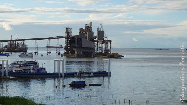 Tapažoso krantinėje. Čia atplaukia jūriniai laivai, kad prisikrautų braziliškų sojų