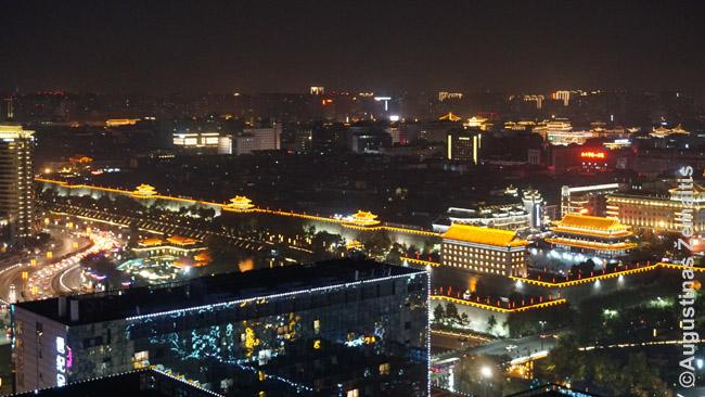 Naktį Sianas nuostabiai apšviečiamas. Čia matosi apšviesta Siano miesto siena, kertanti miestą