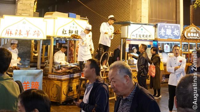 Siane Šilko kelio dvasią geriausiai pajunti kai kuriuose rajonuose: pavydžiui, prie būgnų bokšto, kur vakarais musulmonai prekeiviai siūlo savo virtuvės patiekalus