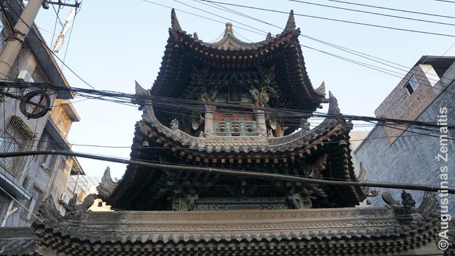 Siano mečetės minaretas. Religija - islamas, tačiau architektūra, menai per daug šimtmečių tapo kiniški