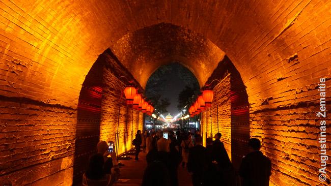 Turistai eina vienais iš Siano sienos vartų