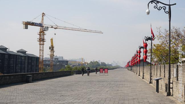 Kelias Siano gynybinės sienos viršuje
