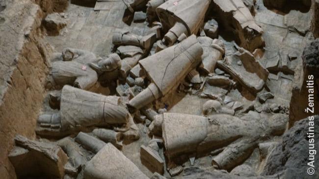 Šios Terakotinės armijos skulptūros suskaldytos užgriuvus tunelių, kuriose jos sustatytos, stogams