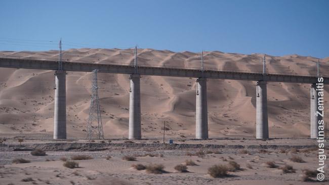 Greitasis geležinkelis driekiasi pro didžiąsias Šilko kelio smėlio kopas. Kone begaliniu viaduku - kad traukiniui nereiktų kopti aukštyn, leistis žemyn, kaip tekdavo kupranugarių vilkstinėms