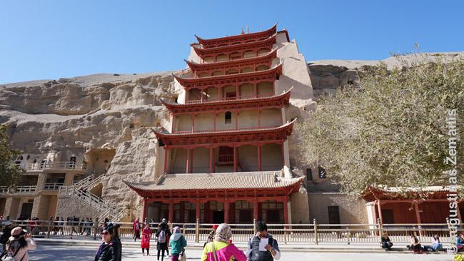 Įėjimas į vieną žymiausių Mogao grotų - tą, su 40 m aukščio Buda. Grotų viduje fotografuoti negalima, todėl daugelis vaizdų, kuriuos rasite - išorės, nė iš tolo neperteikiantys olų didybės.