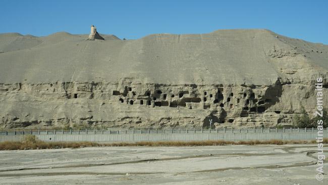 Autentiški įėjimai į Mogao grotas. Dauguma Budistų grotų šiandien turi pristatytus betoninius fasadus ir atrodo labiau kaip kokios Šaltojo karo branduolinės slėptuvės. Nuo to tik dar įspūdingiau, ką randi užėjęs į vidų