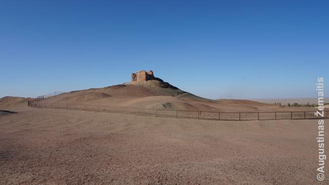 Paskutinis Hanų imperijos postas. Iš šio bokštelio dūmais pranešdavo artimiausiam fortui apie pavojų, ateinantį Šilko keliu iš anapus Kinijos sienų