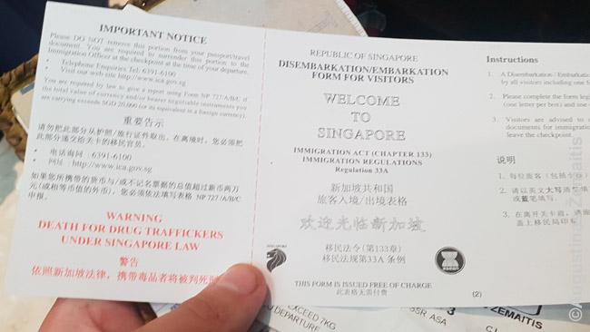 Įvažiavimo lapas, kurį reikia užpildyti prieš pereinant Singapūro pasų kontrolę, įspėja, kad už narkotikų kontrabandą Singapūre kariama