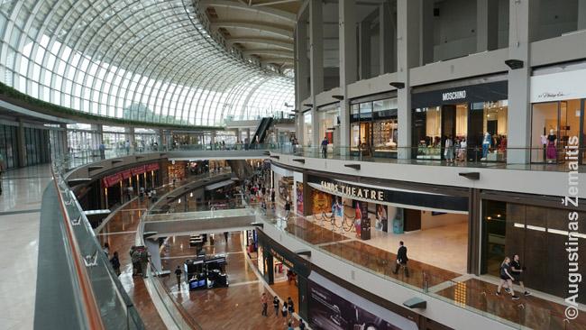 Prabangus prekybos centras prie Marina Bay. Sakoma, kad apsipirkimas - singapūriečių nacionalinis sportas.