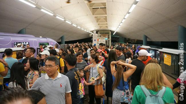 Singapūriečių minios Sentosos traukinių stotyje