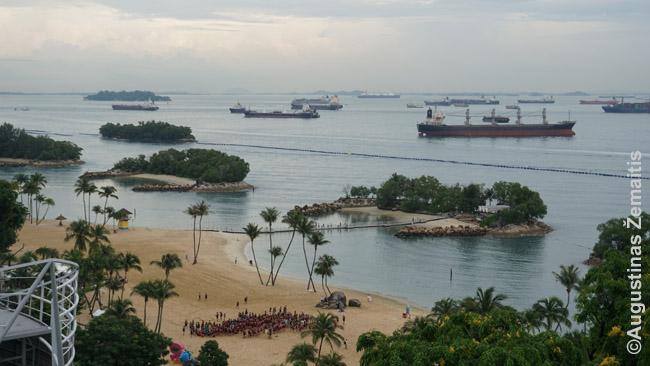 Singapūras mažytis, bet jame telpa viskas ir kažkaip vienas kitam netrukdo. Šalia - geriausi šalyje Sentosos paplūdimiai ir, anapus plūdurų, vietos Singapūro uoste laukiantys krovininiai laivai