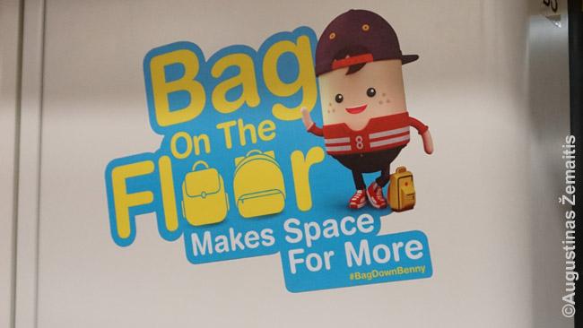 'Bag Down Benny' - vienas mielų Singapūro metro 'veikėjų'. Jis skatina pasidėti daiktus ant žemės, kad liktų daugiau vietos stovintiesiems