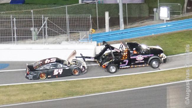 Ištempiamas sudaužytas NASCAR automobilis
